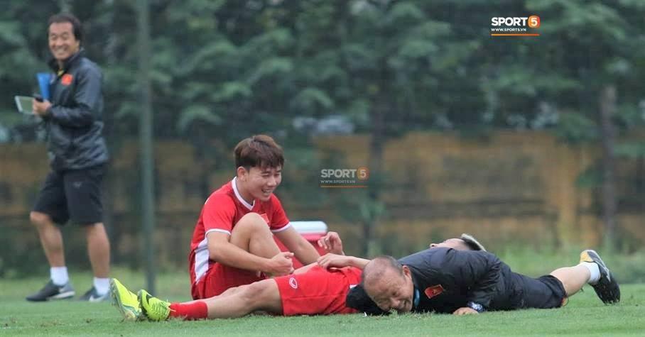 Công Phượng, Hồng Duy vui vẻ oẳn tù tì trong buổi tập đầu tiên của đội tuyển Việt Nam - Ảnh 6.