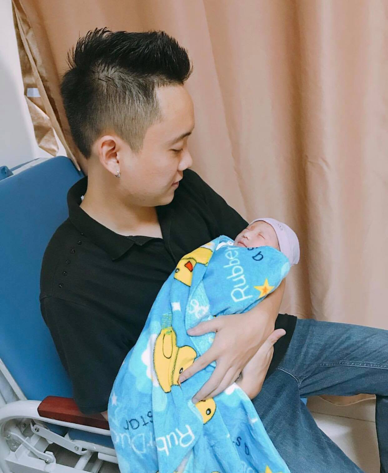 """Justa Tee khoe ảnh con gái đầu lòng, gọi vợ là """"người hùng của ngày hôm nay"""" - Ảnh 2."""