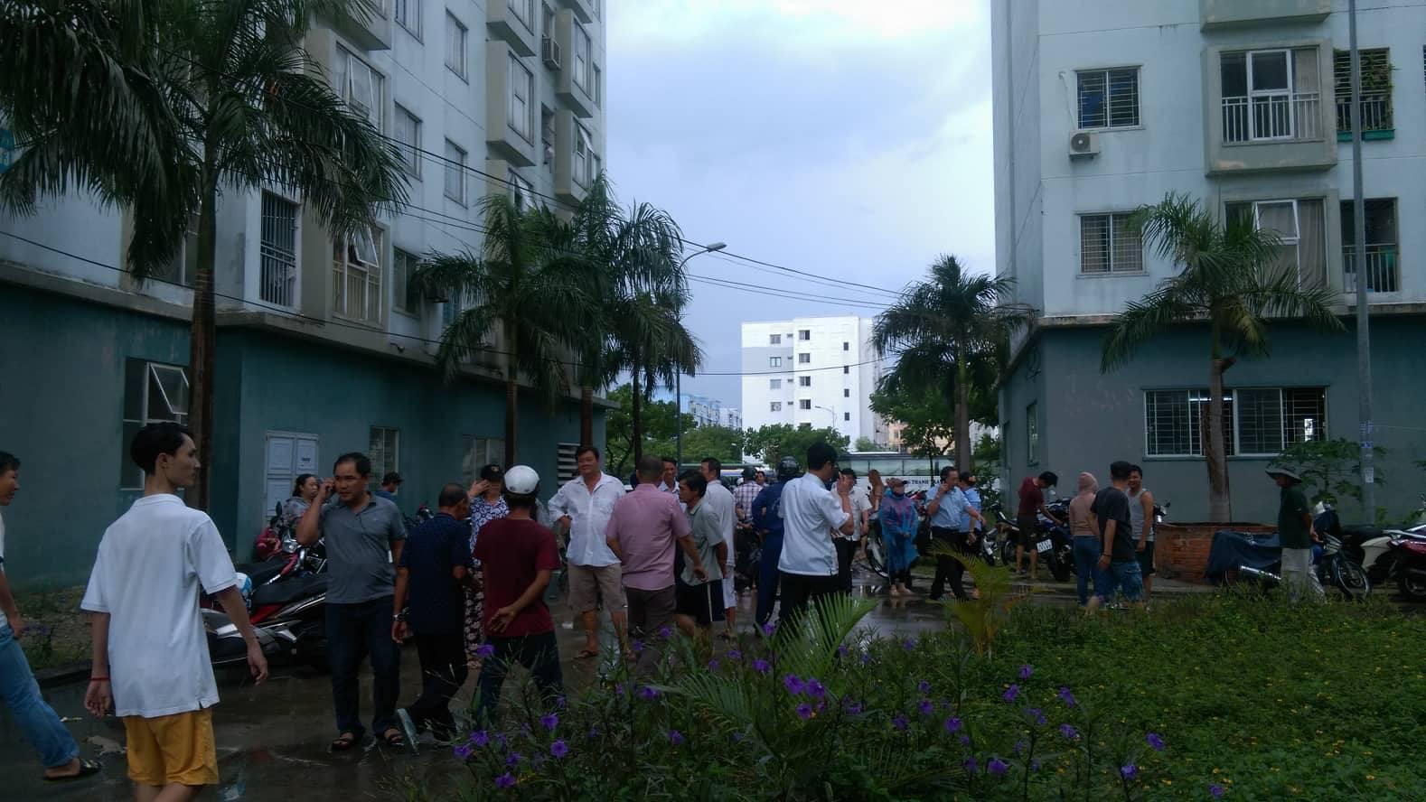 Cháy chung cư sau tiếng nổ lớn, hàng trăm người dân hoảng loạn tháo chạy - Ảnh 9.