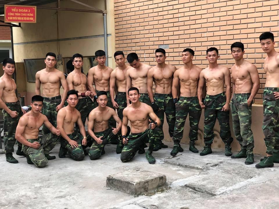 """Bức ảnh """"Hậu duệ mặt trời"""" phiên bản Việt quy tụ cả dàn trai đẹp, ai cũng body 6 múi chuẩn không cần chỉnh - Ảnh 2."""