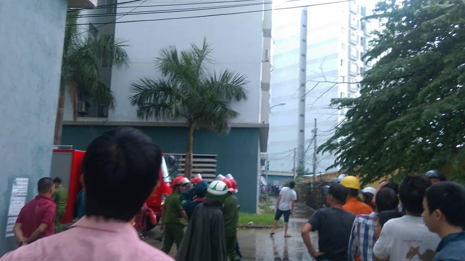 Cháy chung cư sau tiếng nổ lớn, hàng trăm người dân hoảng loạn tháo chạy - Ảnh 3.