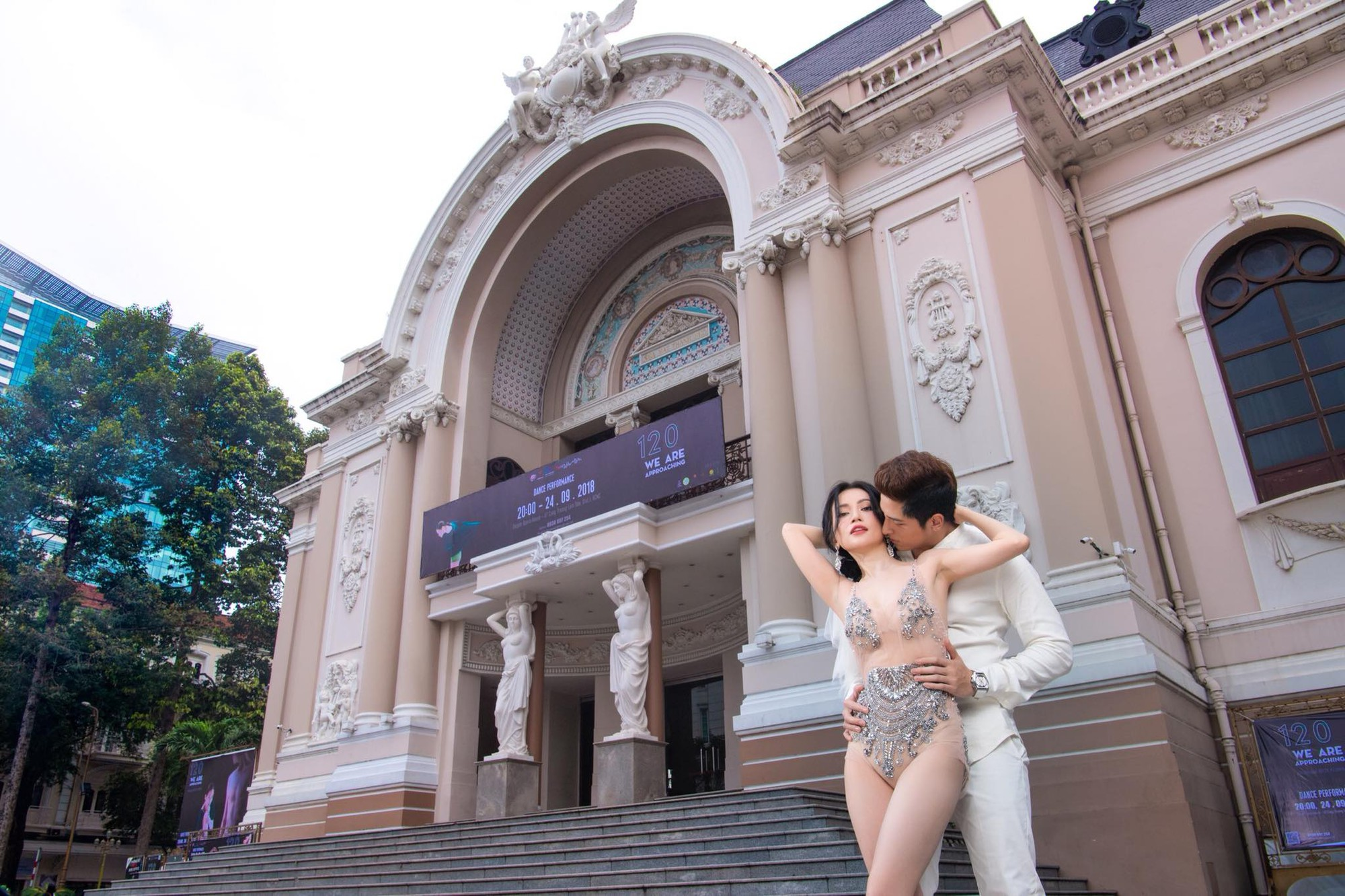 Sĩ Thanh bị dân mạng chỉ trích phản cảm khi chụp bộ ảnh cưới sexy giữa trung tâm thành phố - Ảnh 1.
