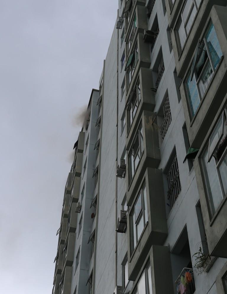 Cháy chung cư sau tiếng nổ lớn, hàng trăm người dân hoảng loạn tháo chạy - Ảnh 2.