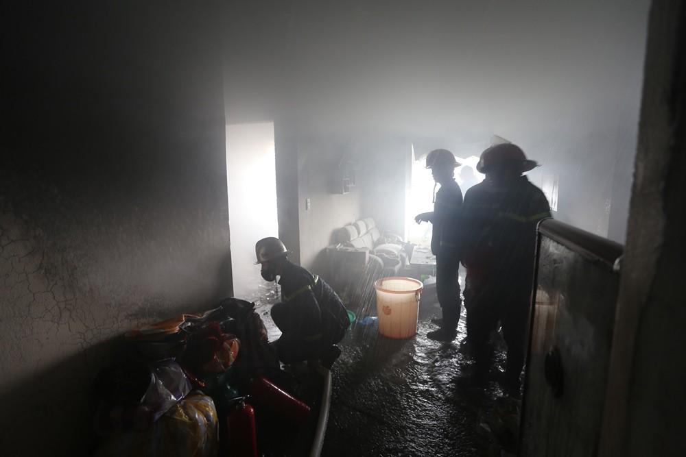 Cháy chung cư sau tiếng nổ lớn, hàng trăm người dân hoảng loạn tháo chạy - Ảnh 6.