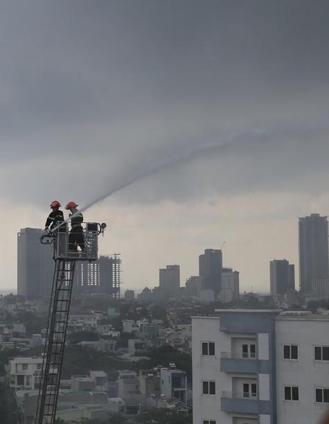 Cháy chung cư sau tiếng nổ lớn, hàng trăm người dân hoảng loạn tháo chạy - Ảnh 4.