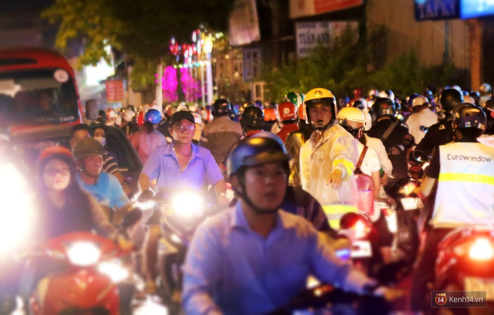 Kẹt xe kinh hoàng sau cơn mưa chiều ở Sài Gòn, trẻ em mệt mỏi ngủ trên xe máy - Ảnh 22.
