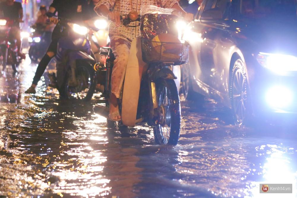 Kẹt xe kinh hoàng sau cơn mưa chiều ở Sài Gòn, trẻ em mệt mỏi ngủ trên xe máy - Ảnh 9.