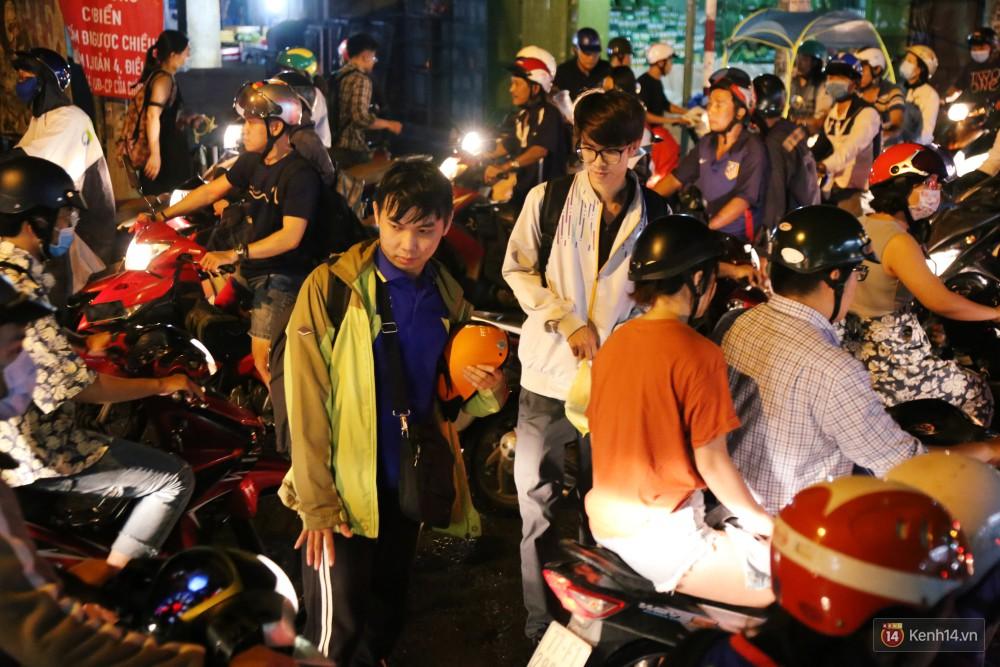 Kẹt xe kinh hoàng sau cơn mưa chiều ở Sài Gòn, trẻ em mệt mỏi ngủ trên xe máy - Ảnh 21.