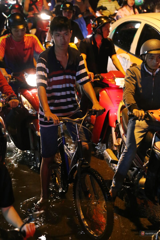 Kẹt xe kinh hoàng sau cơn mưa chiều ở Sài Gòn, trẻ em mệt mỏi ngủ trên xe máy - Ảnh 18.