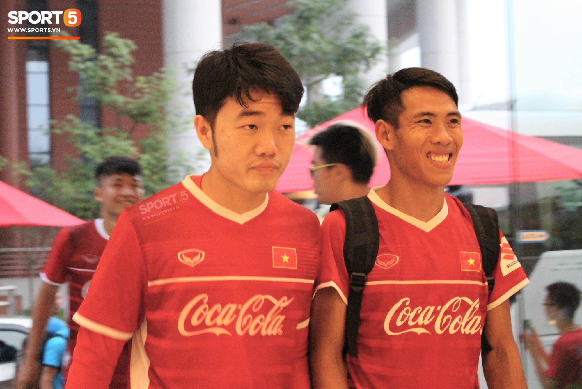 Hà Đức Chinh kêu trời vì đau bụng sau buổi tập đầu tiên cùng đội tuyển Việt Nam chuẩn bị cho AFF Cup 2018 - Ảnh 10.