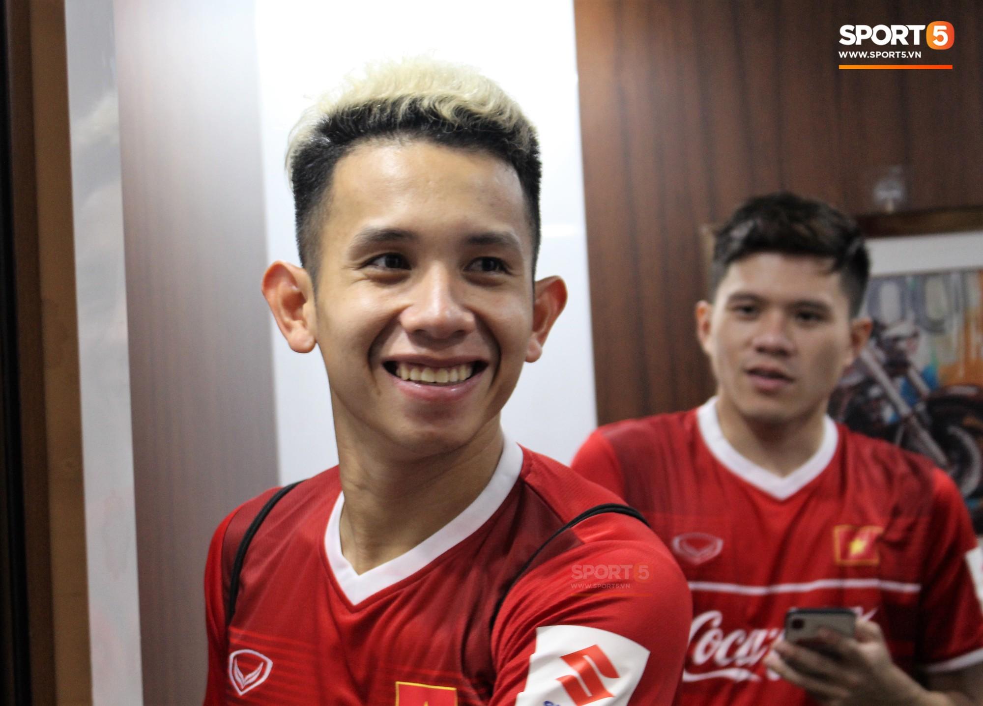 Hà Đức Chinh kêu trời vì đau bụng sau buổi tập đầu tiên cùng đội tuyển Việt Nam chuẩn bị cho AFF Cup 2018 - Ảnh 5.