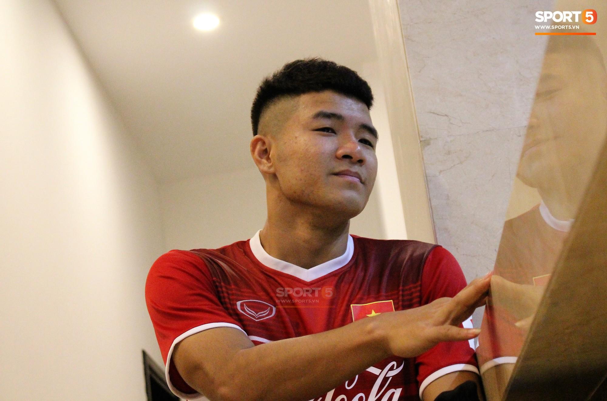 Hà Đức Chinh kêu trời vì đau bụng sau buổi tập đầu tiên cùng đội tuyển Việt Nam chuẩn bị cho AFF Cup 2018 - Ảnh 2.