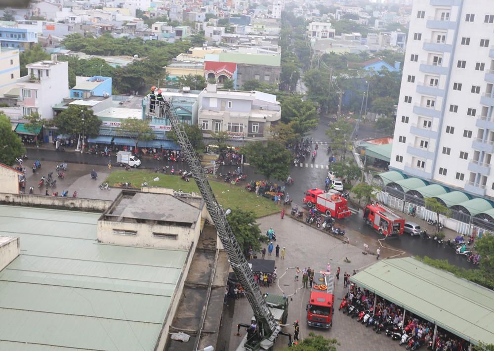 Cháy chung cư sau tiếng nổ lớn, hàng trăm người dân hoảng loạn tháo chạy - Ảnh 5.