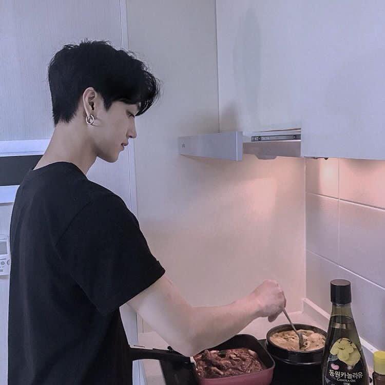 Bộ ảnh chứng minh chúng ta chắc chắn là một cặp trời sinh: Anh thì giỏi nấu, em thì giỏi ăn! - Ảnh 1.