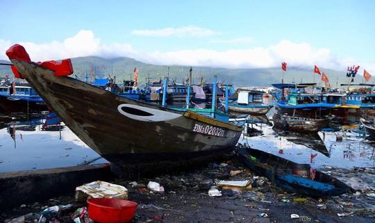 Bịt mũi vào cảng cá lớn nhất miền Trung nước đen ngòm, bốc mùi hôi thối - Ảnh 1.