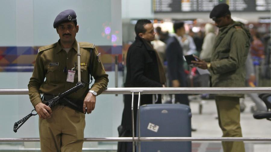 Quy định kỳ lạ: Nhân viên an ninh sân bay Ấn Độ không được niềm nở với khách - Ảnh 1.