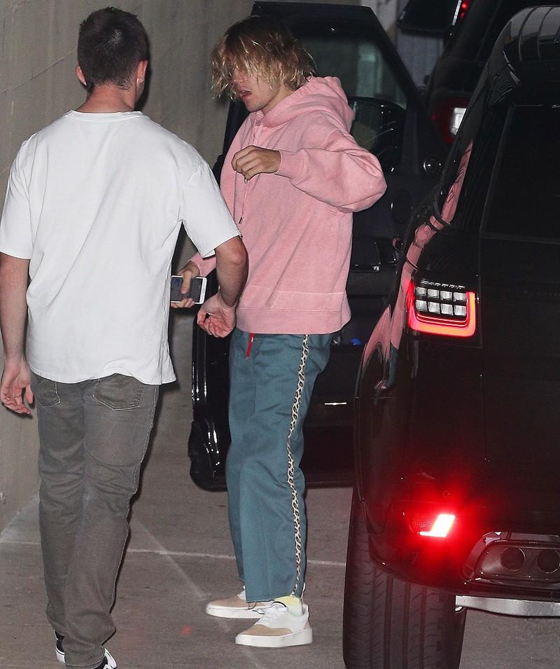 Justin Bieber đầu tóc rũ rượi, xuất hiện buồn bã sau tin Selena Gomez nhập viện điều trị tâm thần - Ảnh 3.