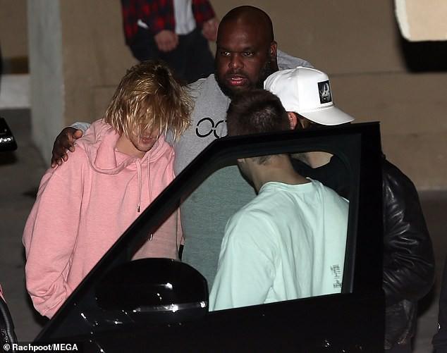 Justin Bieber đầu tóc rũ rượi, xuất hiện buồn bã sau tin Selena Gomez nhập viện điều trị tâm thần - Ảnh 4.