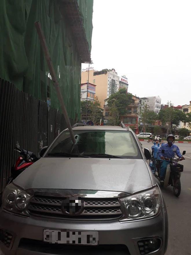 Hà Nội: Vừa dừng đỗ bên đường, xe ô tô bị thanh sắt rơi xuyên kính lái - Ảnh 1.