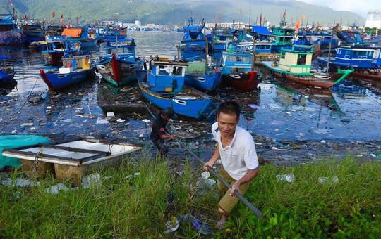 Bịt mũi vào cảng cá lớn nhất miền Trung nước đen ngòm, bốc mùi hôi thối - Ảnh 3.