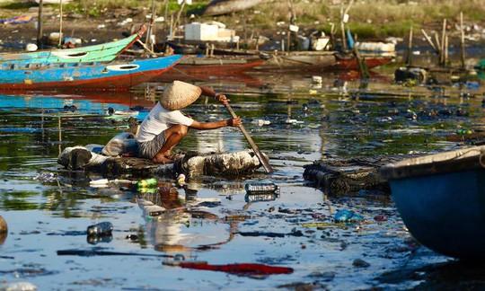 Bịt mũi vào cảng cá lớn nhất miền Trung nước đen ngòm, bốc mùi hôi thối - Ảnh 7.