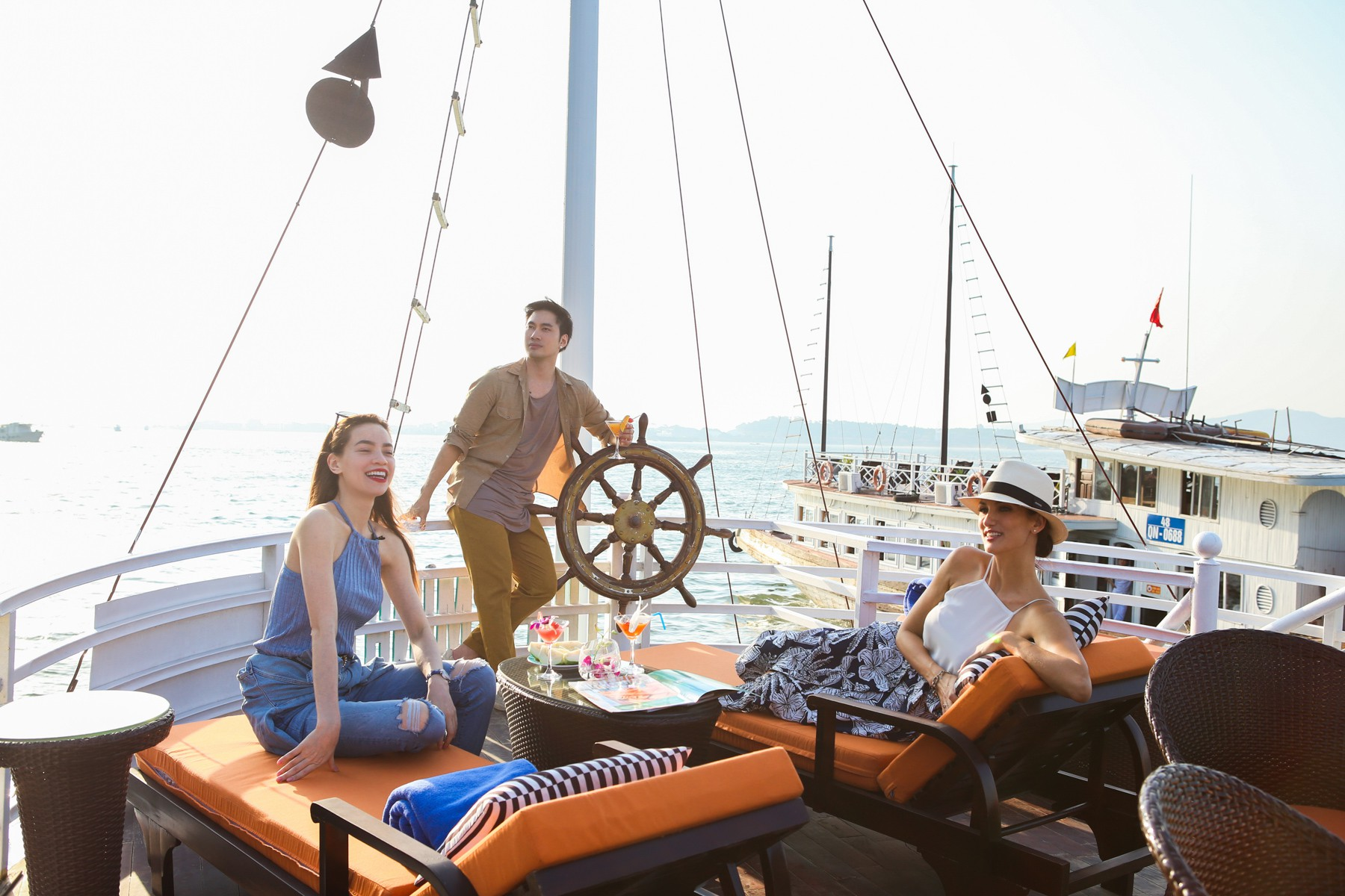 Host Asias Next Top Model trầm trồ về vịnh Hạ Long khi du lịch cùng Hồ Ngọc Hà - Ảnh 2.