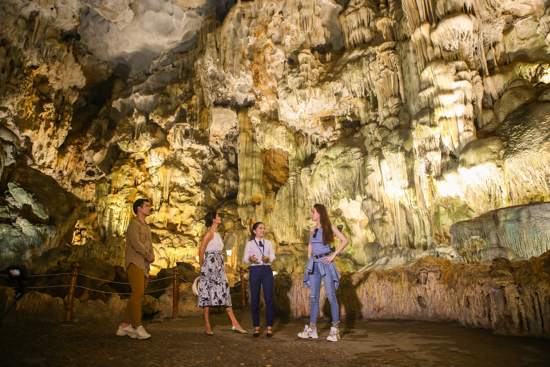 Host Asias Next Top Model trầm trồ về vịnh Hạ Long khi du lịch cùng Hồ Ngọc Hà - Ảnh 6.