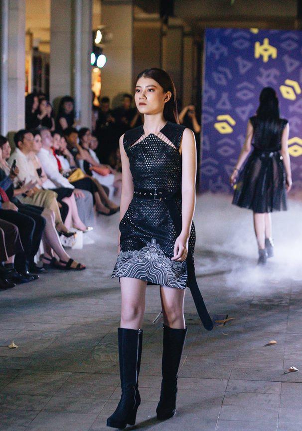 Đã mắt với những thiết kế ấn tượng không thua kém bất cứ sàn diễn quốc tế nào của sinh viên Thiết kế Thời trang, Đại học Kiến trúc Thành phố Hồ Chí Minh - Ảnh 13.
