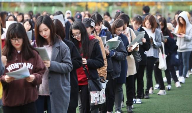 Bạn sẽ chẳng than vãn thi cử áp lực nữa nếu biết học sinh ở những quốc gia này còn phải trải qua kỳ thi khốc liệt hơn nhiều - Ảnh 4.
