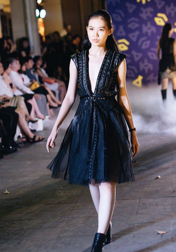 Đã mắt với những thiết kế ấn tượng không thua kém bất cứ sàn diễn quốc tế nào của sinh viên Thiết kế Thời trang, Đại học Kiến trúc Thành phố Hồ Chí Minh - Ảnh 12.