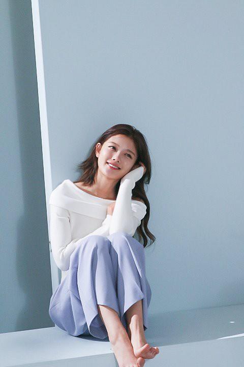 Ảnh hậu trường không còn gì để nói của Kim Yoo Jung: Nhan sắc của thiếu nữ 19 tuổi đẹp nhất xứ Hàn là đây! - Ảnh 15.