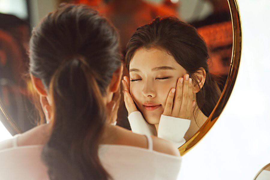 Ảnh hậu trường không còn gì để nói của Kim Yoo Jung: Nhan sắc của thiếu nữ 19 tuổi đẹp nhất xứ Hàn là đây! - Ảnh 18.