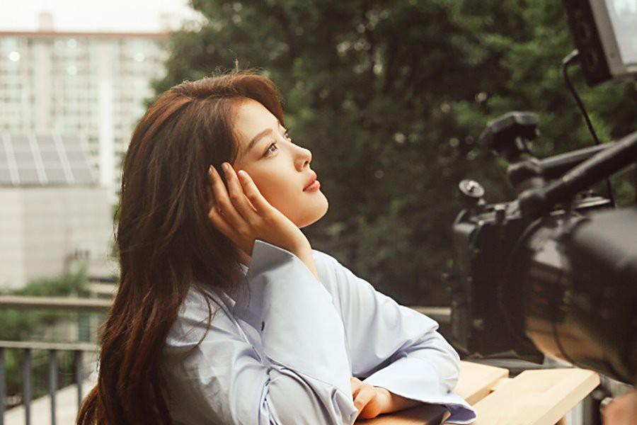 Ảnh hậu trường không còn gì để nói của Kim Yoo Jung: Nhan sắc của thiếu nữ 19 tuổi đẹp nhất xứ Hàn là đây! - Ảnh 3.