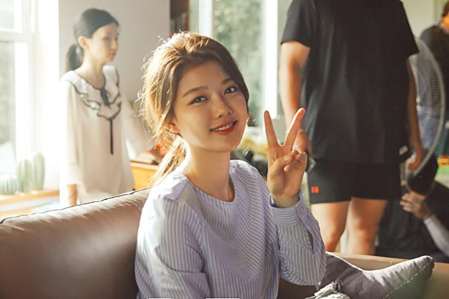Ảnh hậu trường không còn gì để nói của Kim Yoo Jung: Nhan sắc của thiếu nữ 19 tuổi đẹp nhất xứ Hàn là đây! - Ảnh 4.