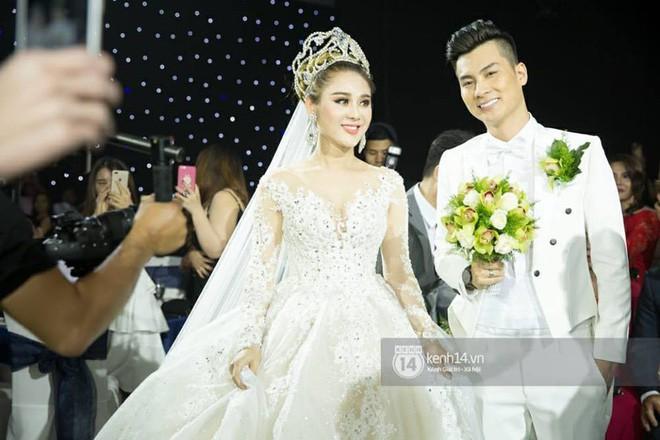 Những tình huống dở khóc dở cười trong đám cưới sao Việt: Suýt sạt nghiệp vì khách mời tăng đột biến, khán giả lên tận lễ đường xin chữ ký - Ảnh 2.