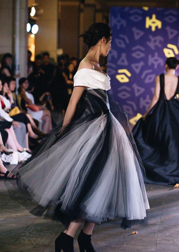 Đã mắt với những thiết kế ấn tượng không thua kém bất cứ sàn diễn quốc tế nào của sinh viên Thiết kế Thời trang, Đại học Kiến trúc Thành phố Hồ Chí Minh - Ảnh 2.