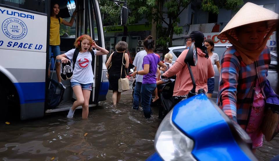 Biểu cảm bất ngờ của nữ du khách Tây khi bước xuống xe giữa Sài Gòn lại thấy... mênh mông biển nước - Ảnh 1.