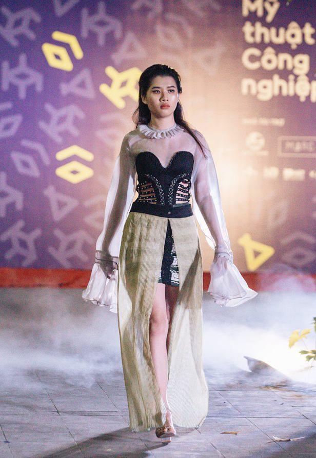Đã mắt với những thiết kế ấn tượng không thua kém bất cứ sàn diễn quốc tế nào của sinh viên Thiết kế Thời trang, Đại học Kiến trúc Thành phố Hồ Chí Minh - Ảnh 37.