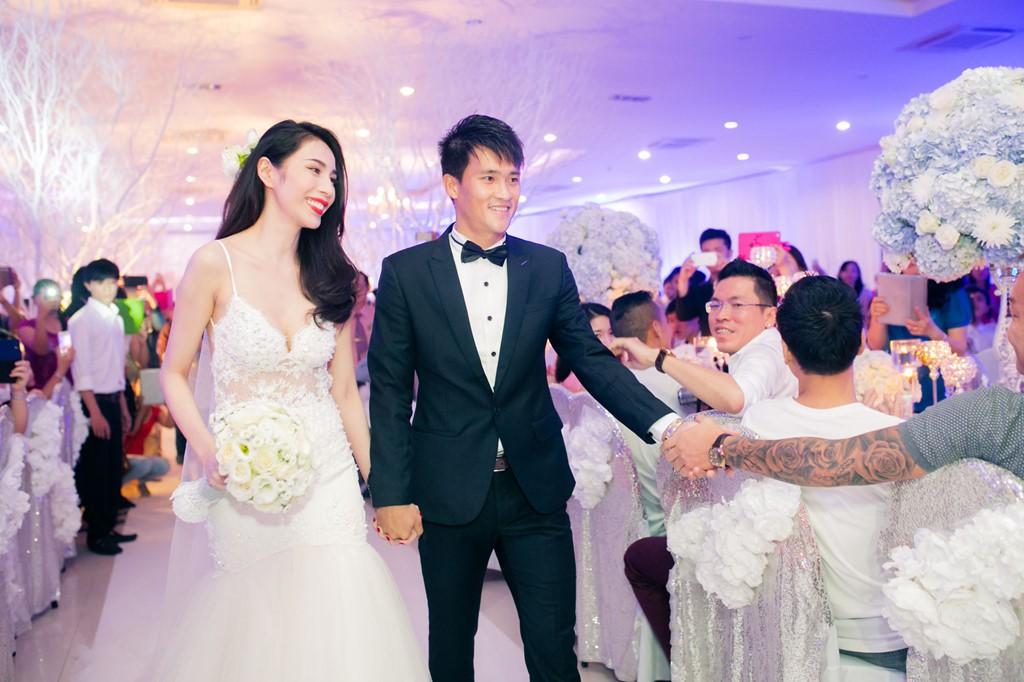Những tình huống dở khóc dở cười trong đám cưới sao Việt: Suýt sạt nghiệp vì khách mời tăng đột biến, khán giả lên tận lễ đường xin chữ ký - Ảnh 3.