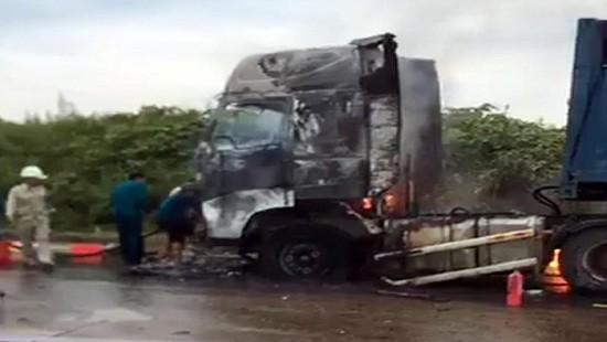 Xe đầu kéo rơ moóc bùng cháy dữ dội khi đang lưu thông - Ảnh 1.