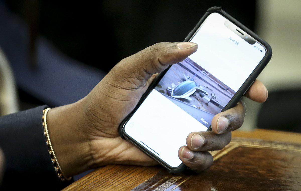 Cười bò với Kanye West: Đặt mật khẩu iPhone là 000000, đòi Apple làm máy bay theo ý tưởng đạo nhái để khoe với Tổng thống - Ảnh 3.