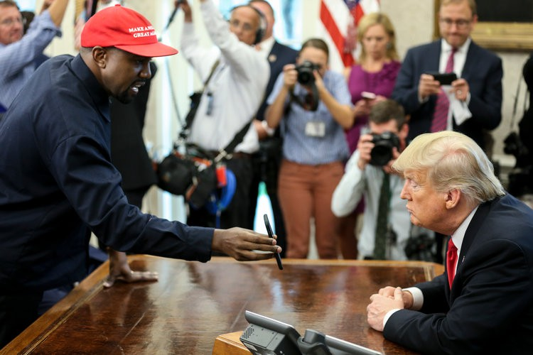 Cười bò với Kanye West: Đặt mật khẩu iPhone là 000000, đòi Apple làm máy bay theo ý tưởng đạo nhái để khoe với Tổng thống - Ảnh 1.