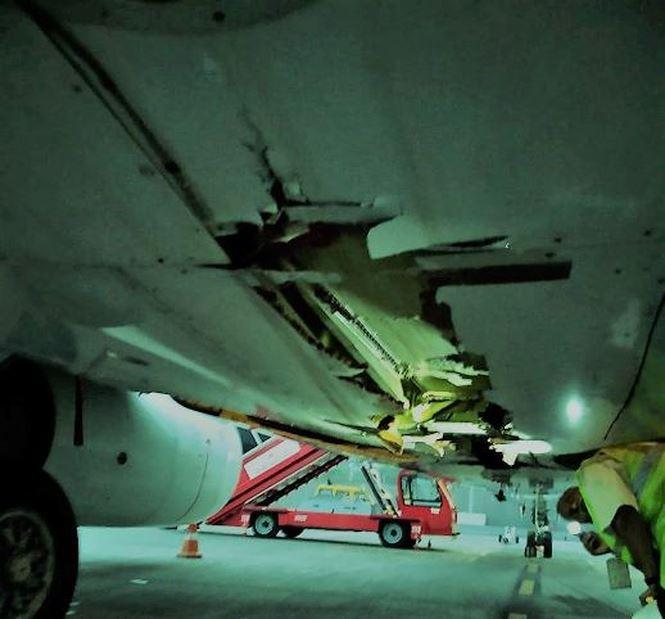 Máy bay chở 136 hành khách đâm trúng tường vẫn vô tư cất cánh - Ảnh 1.
