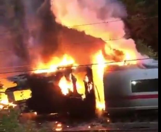 Hiện trường tàu cao tốc cháy rụi tại Đức, 500 hành khách tháo chạy - Ảnh 1.