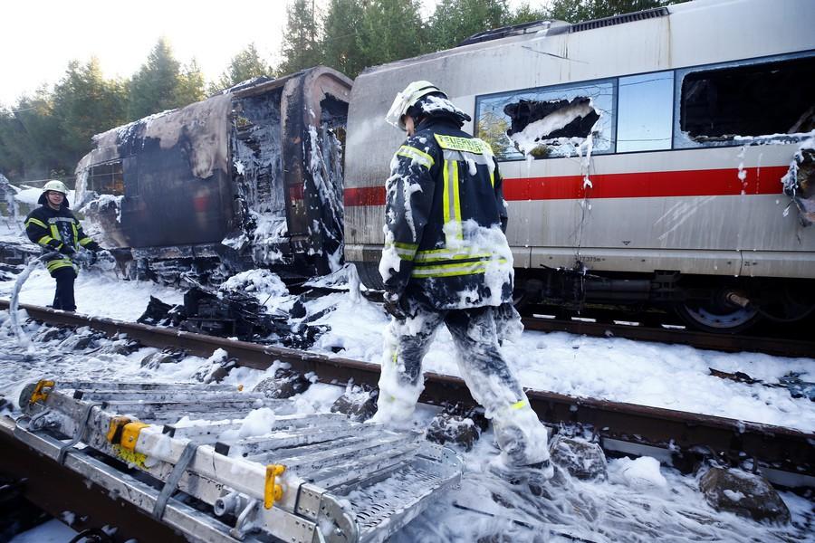 Hiện trường tàu cao tốc cháy rụi tại Đức, 500 hành khách tháo chạy - Ảnh 3.