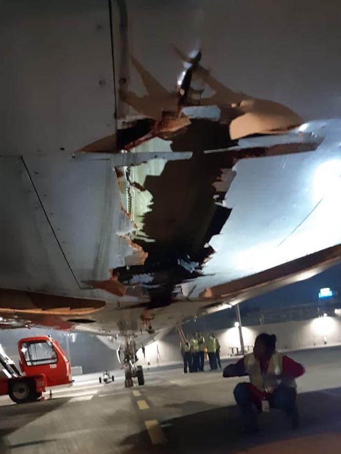 Máy bay chở 136 hành khách đâm trúng tường vẫn vô tư cất cánh - Ảnh 2.