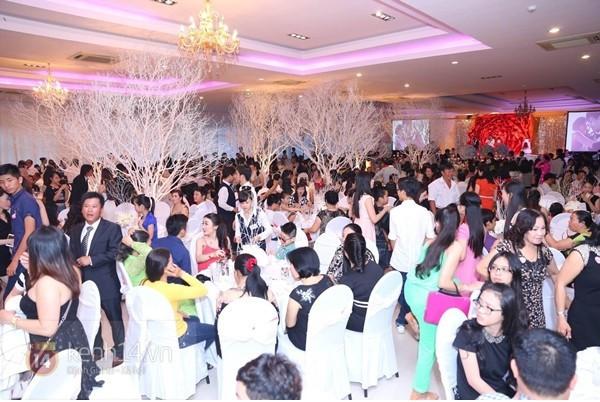 Những tình huống dở khóc dở cười trong đám cưới sao Việt: Suýt sạt nghiệp vì khách mời tăng đột biến, khán giả lên tận lễ đường xin chữ ký - Ảnh 4.