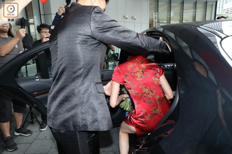"""""""Thị Đế"""" TVB rước thí sinh Hoa hậu Hong Kong kém 13 tuổi về dinh, dàn Á hậu người đẹp Hong Kong nô nức có mặt - Ảnh 5."""
