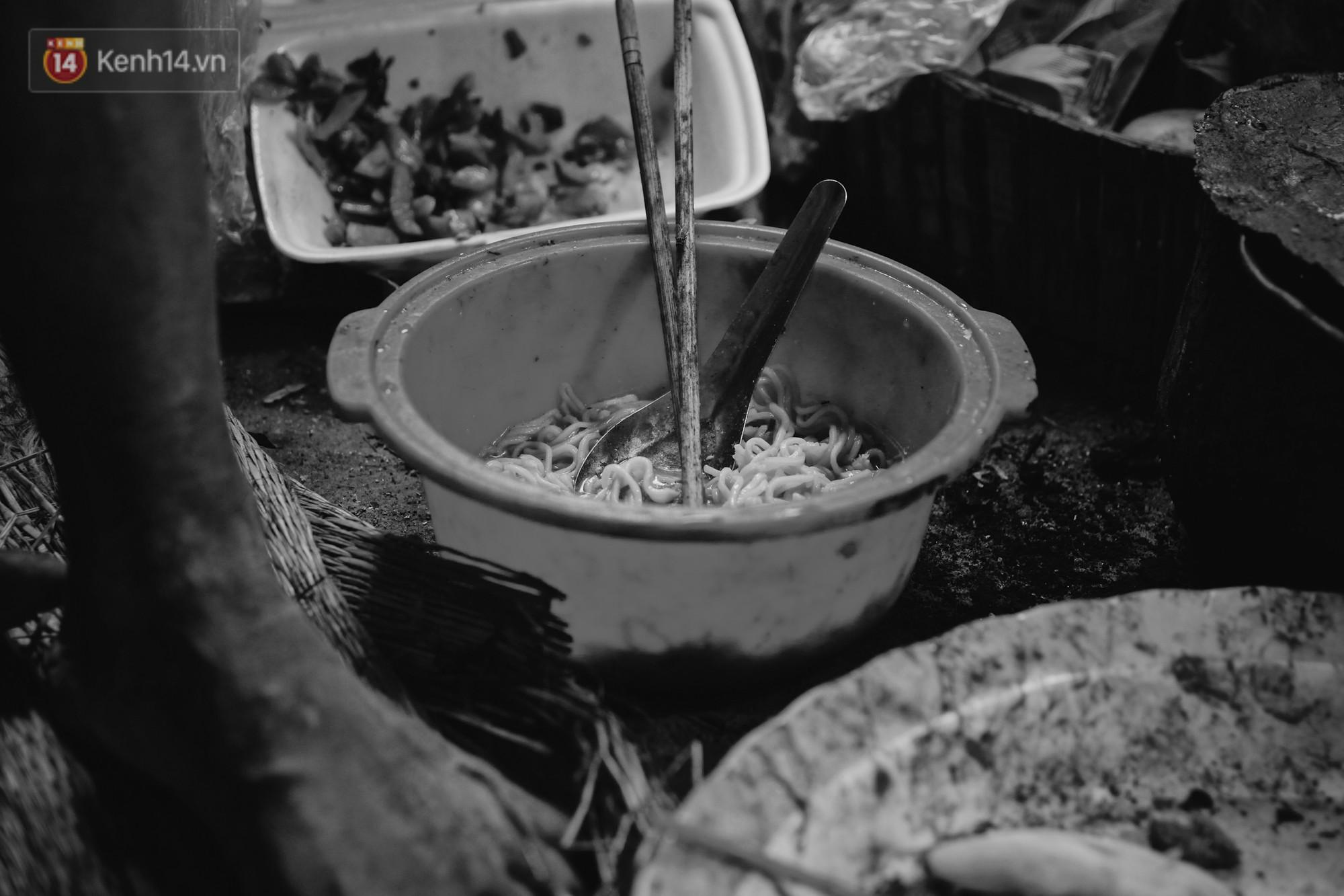 Ở Hà Nội, có một người mẹ mù gần 90 tuổi vẫn ngày đêm chăm đứa con gái điên: Còn sống được lúc nào, thì tôi còn nuôi nó - Ảnh 7.