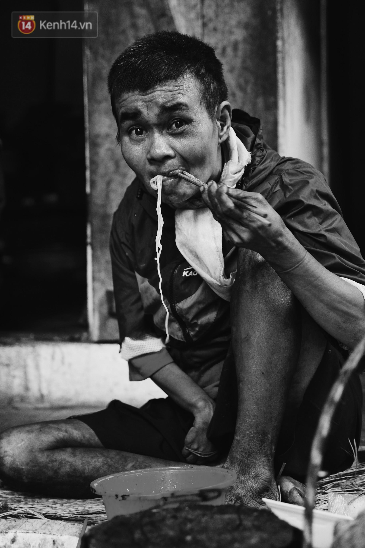 Ở Hà Nội, có một người mẹ mù gần 90 tuổi vẫn ngày đêm chăm đứa con gái điên: Còn sống được lúc nào, thì tôi còn nuôi nó - Ảnh 5.